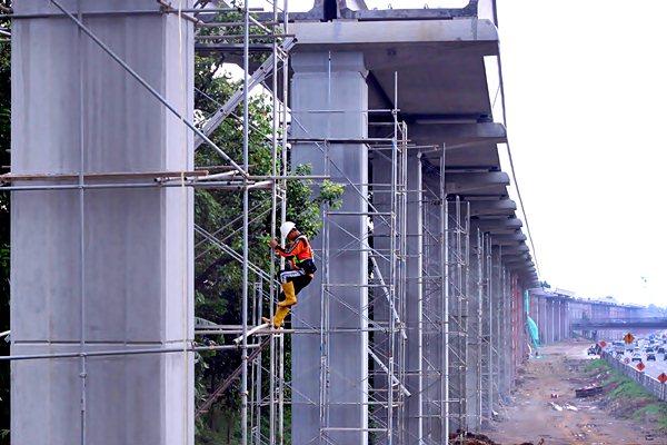Ilustrasi - Pekerja beraktivitas pada pembangunan transportasi massal Light Rail Transit (LRT) di Cibubur, Jakarta Timur, Rabu (15/2). - Antara/Yulius Satria Wijaya