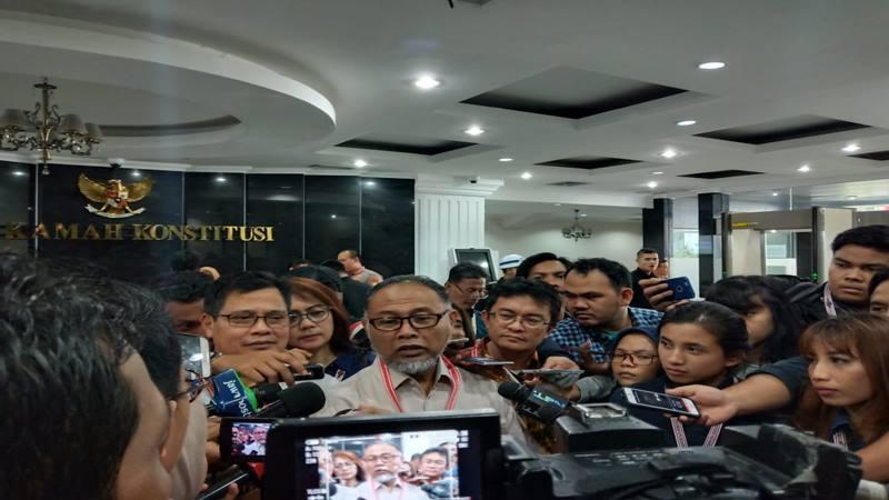 Tim hukum Prabowo Subianto-Sandiaga Uno, Bambang Widjojanto memberi keterangan kepada wartawan di gedung Mahkamah Konstitusi, Kamis (27/6/2019). JIBI/Bisnis - Lalu Rahadian