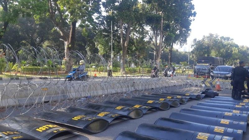 Suasana penjagaan oleh polisi di luar gedung Mahkamah Konstitusi (MK) menjelang sidang gugatan perselisihan hasil Pemilihan Presiden (Pilpres) 2019 di Jakarta, Rabu (19/6/2019). - Bisnis/Jaffry Prabu Prakoso
