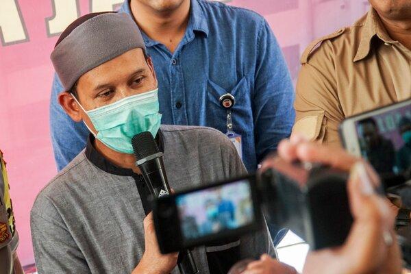 Tersangka kasus dugaan penyebaran hoaks Rahmat Baequni memberikan keterangan saat rilis perkara di Mabes Polda Jawa Barat, Bandung, Jawa Barat, Jumat (21/6/2019). Kepolisian Daerah Jawa Barat menetapkan Rahmat Baequni sebagai tersangka kasus dugaan penyebaran hoaks terkait petugas Kelompok Penyelenggara Pemungutan Suara (KPPS) yang meninggal karena diracun dengan alat bukti dugaan video saat berceramah. - Antara/Bagas Hilman