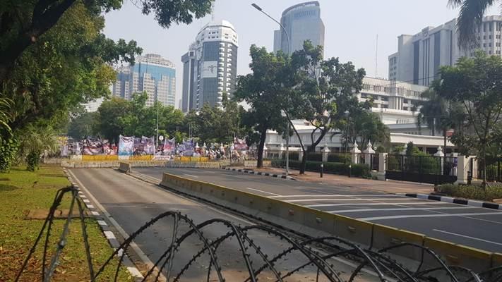Massa aksi mendekati Gedung MK - Bisnis/Lalu Rahadian