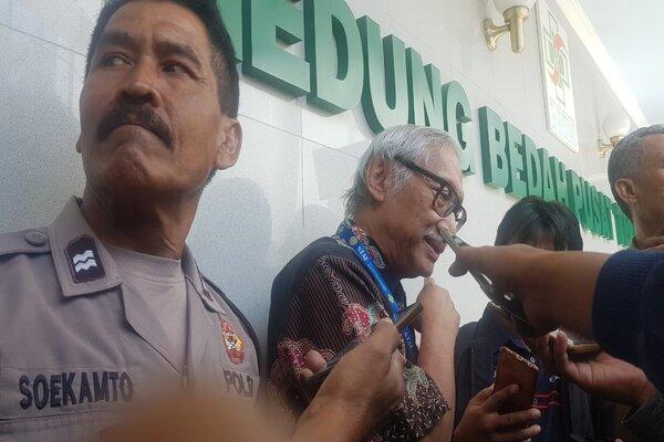 Kepala Instansi Rawat Intensif dan Reanimasi RSUD Dr. Soetomo, Dr. Hardiono, dr., Sp.An. KIC. KAKV (kedua dari kiri) saat diwawancari media sesuai menggelar konferensi pers di lobi Gedung Bedah Pusat Terpadu (GBPT) RSUD Dr. Soetomo Surabaya, Kamis (27/6/2019). - Bisnis/Peni Widarti