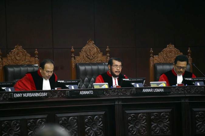 Ketua Majelis Hakim Mahkamah Konstitusi Anwar Usman membuka jalananya sidang Perselisihan Hasil Pemilihan Umum (PHPU) Presiden dan Wakil Presiden 2019 di Gedung Mahkamah Konstitusi, Jakarta, Kamis (27/6/2019). Sidang tersebut beragendakan pembacaan putusan oleh majelis hakim MK. - Bisnis/Abdullah Azzam