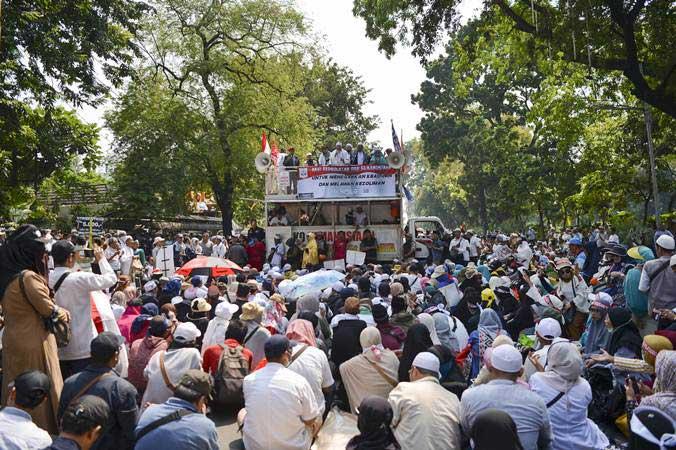 Massa aksi melakukan unjuk rasa di kawasan Jalan Medan Merdeka Barat, Jakarta, Kamis (27/6/2019). Unjuk rasa tersebut digelar untuk mengawal sidang putusan sengketa hasil Pilpres tahun 2019 di Mahkamah Konstitusi. - ANTARA/Nova Wahyudi