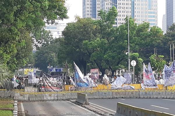 Massa di dekat pagar pembatas - Bisnis/Aziz Rahardyan