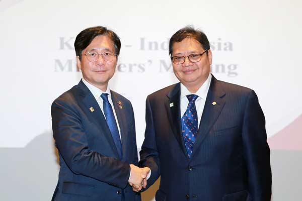 Menteri Perdagangan Industri dan Energi (MoTIE) Korea Selatan, Sung Yun Mo, dan Menteri Perindustrian RI Airlangga Hartarto di Seoul, Rabu (26/6 - 2019). foto KEMENPERIN