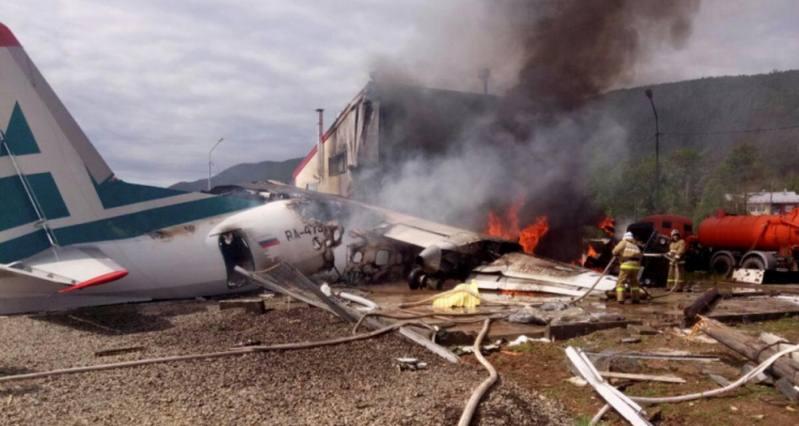 Pesawat penumpang jenis Antonov An-24 mendarat darurat di Nizhneangarsk, Russia, Kamis (27/6/2019). Russian Emergencies Ministry - Handout via REUTERS