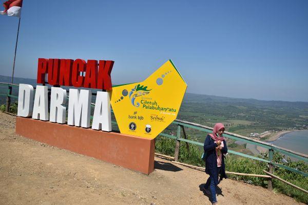 Ilustrasi-Wisatawan melintas di Puncak Darma, kawasan Geopark Ciletuh di Palabuhanratu, Ciemas, Kabupaten Sukabumi, Jawa Barat, Rabu (9/5). - ANTARA FOTO/Aditya Pradana Putra