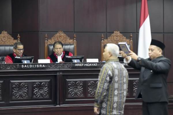 Hakim Konstitusi Saldi Isra (kiri), Arief Hidayat (tengah) menyaksikan saksi ahli dari pihak termohon diambil sumpahnya saat sidang lanjutan Perselisihan Hasil Pemilihan Umum (PHPU) presiden dan wakil presiden di gedung Mahkamah Konstitusi, Jakarta, Kamis (20/6/2019). - Antara/Galih Pradipta