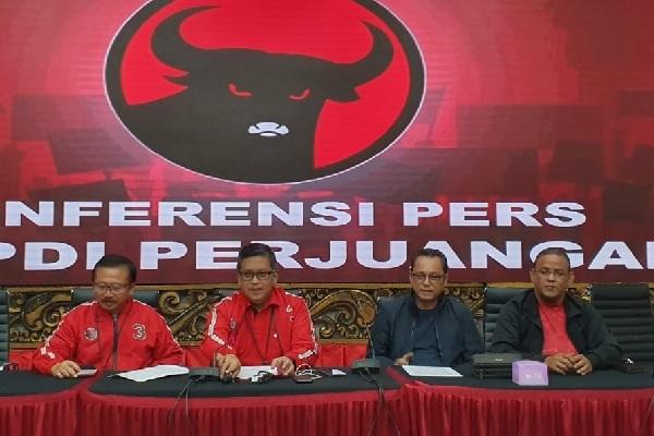 Sekretaris Jenderal PDIP Hasto Kristiyanto (dua dari kiri) beserta para petinggi DPP PDIP menggelar konferensi pers menanggai hasil putusan sidang sengketa Pilpres 2019 oleh Mahkamah Konstitusi - doc. Humas