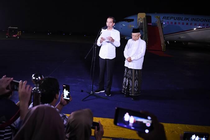 Calon Presiden dan Wakil Presiden nomor urut 01 Joko Widodo (kiri) dan Ma'ruf Amin memberikan keterangan pers terkait putusan MK tentang perselisihan hasil pemilihan umum (PHPU) Pilpres 2019 di Lanud Halim Perdanakusuma Jakarta, Kamis (27/6/2019). - ANTARA/Wahyu Putro A