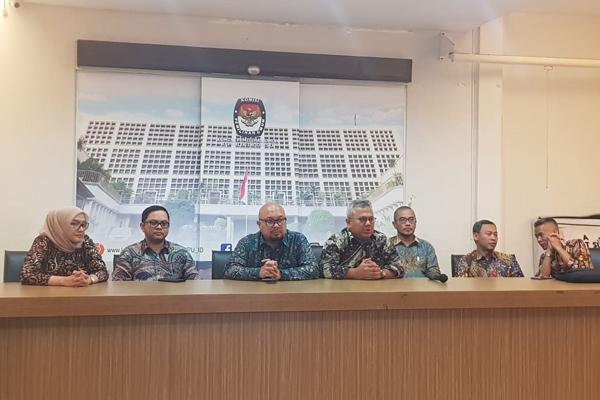Ketua KPU Arief Budiman (tengah) memimpin jumpa pers sesuai menggelar rapat Kamis malam 27 Juni 2019 untuk memutuskan jadwal penetapan kandidat terpilih hasil Pilpres 2019 yang akan dihelat Minggu 30 Juni 2019. - Bisnis/Lalu Rahadian