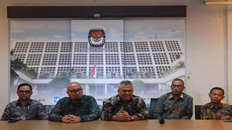Ketua KPU Arief Budiman (tengah) didampingi para Komisioner KPU menyampaikan keterangan pers terkait hasil sidang putusan MK terkait perselisihan hasil pemilihan umum (PHPU) Pilpres 2019 di Jakarta, Kamis (27/6/2019). - Antara