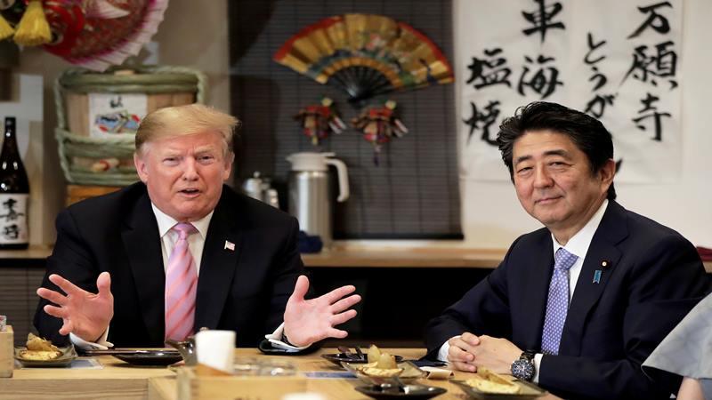 Presiden AS Donald Trump berbicara dengan Perdana Menteri Jepang Shinzo Abe saat makan malam di Tokyo, Jepang 6 Mei 2019. - Reuters