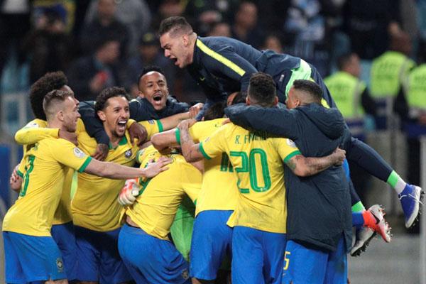 Para pemain Brasil merayakan kemenangan atas Paraguay, - Reuters/Ueslei Marcelino