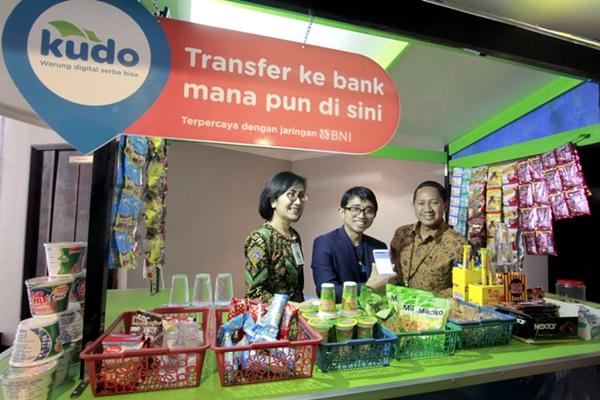 (Kiri ke kanan) Direktur Retail Banking BNI Tambok P Setyawati, CEO & Co-Founder Kudo Agung Nugroho, dan Pemimpin Divisi E-Banking BNI Anang Fauzie melakukan simulasi proses transfer uang di Warung Digital Serba Bisa Kudo yang telah didukung oleh BNI di Jakarta pada Kamis (2/5/2019). - Bisnis/M. RIchard