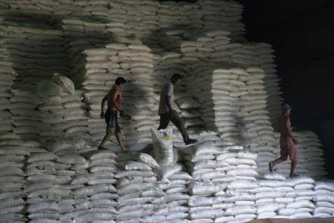 Ilustrasi - Pekerja tengah beraktivitas di gudang gula - Bisnis/Istimewa
