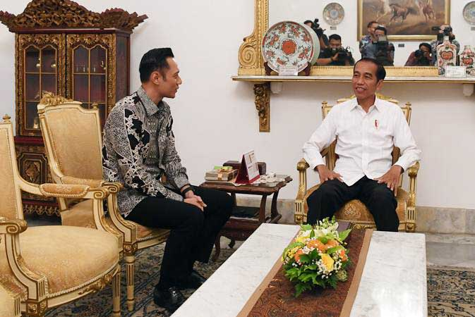 Presiden Joko Widodo (kanan) saat menerima kunjungan Komandan Komando Satuan Tugas Bersama (Kogasma) Partai Demokrat Agus Harimurti Yudhoyono (AHY) di Istana Merdeka, Jakarta, Kamis (2/5/2019). - ANTARA/Wahyu Putro A