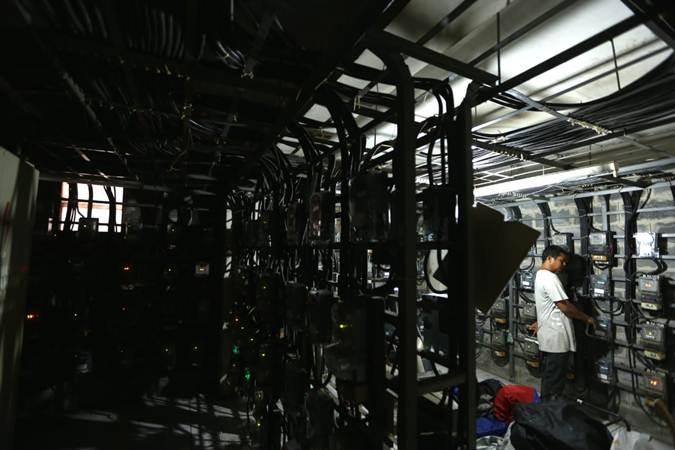 Ilustrasi - Pelanggan memeriksa jaringan listrik PLN di salah satu Rusun di Jakarta, Selasa (11/6/2019). - Bisnis/Nurul Hidayat