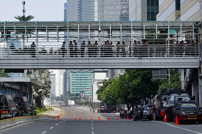 Ilustrasi-Petugas Kepolisian saat berjaga di depan kantor Bawaslu, di Jakarta, Selasa (21/5/2019). Jalan di M H Thamrin tepatnya di depan gedung Bawaslu ditutup. - Bisnis/Abdullah Azzam
