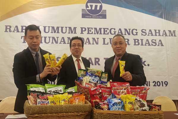 Dari kiri- kanan, Direktur PT SIantar Top Tbk Armin, Direktur Utama Siantar Top Agus Suhartanto dan Direktur Siantar Top Suwanto sedang memamerkan sejumlah produk makanan olahan dalam kemasan saat paparan publik di Surabaya, Jumat (28/6 - 2019)