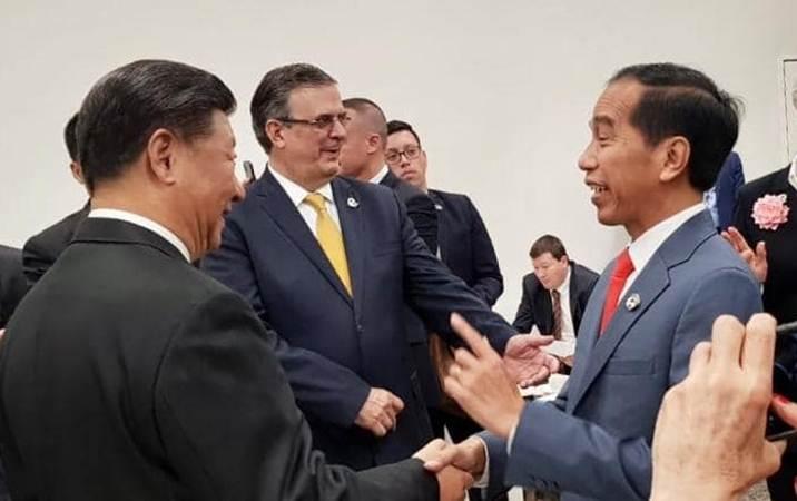Presiden Joko Widodo (kanan) bersalaman dengan Presiden China  Xi Jinping menjelang sesi foto di sela-sela menghadiri KTT G20, di Osaka, Jepang, Jumat (28/6/2019).  Konferensi Tingkat Tinggi (KTT) G20 digelar pada tanggal 28-29 Juni 2019. - Setkab