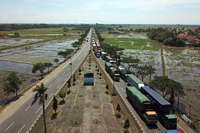 Sejumlah truk melintas di jalur pantura Arjawinangun, Cirebon, Jawa Barat - ANTARA/Dedhez Anggara