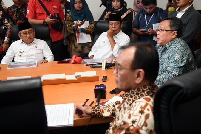 Menteri Perencanaan Pembangunan Nasional/Kepala Bappenas Bambang Brodjonegoro (kanan) memaparkan rencana pemindahan ibu kota dalam sebuah diskusi di Jakarta, Senin (6/5/2019). - ANTARA/Akbar Nugroho Gumay
