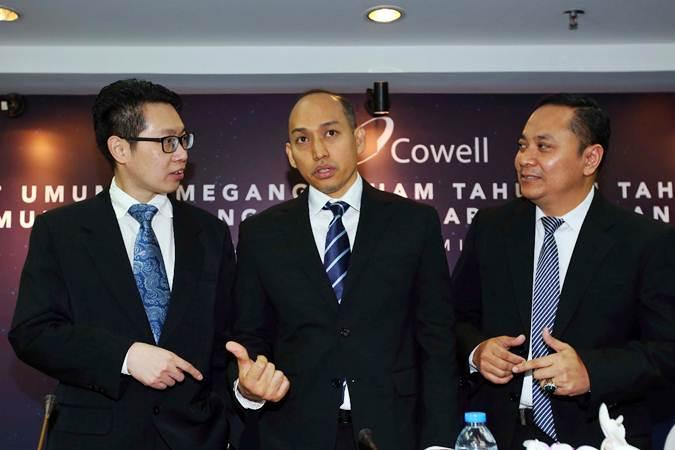 Presiden Direktur PT Cowell Development Tbk. Darwin Fernandes Manurung (tengah) berbincang dengan Direktur Firdaus Fahmi (kanan) dan Direktur Budi Legowo sebelum RUPS LB di Jakarta, Jumat (28/6/2019). - Bisnis/Abdullah Azzam