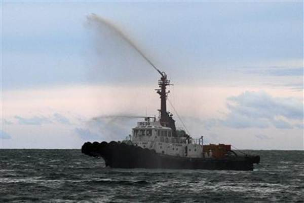 Ilustrasi: Kapal pembersih terlibat dalam operasi pembersihan tumpahan minyak - Reuters/Athit Perawongmetha