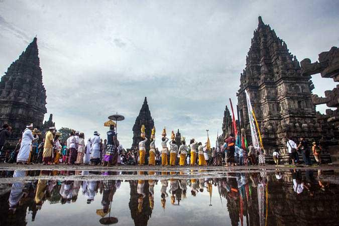 Umat Hindu melakukan pradaksina saat prosesi upacara Tawur Agung Kesanga 2019, rangkaian perayaan Hari Raya Nyepi, di Candi Prambanan, Sleman, DI Yogyakarta, Rabu (6/3/2019). - ANTARA/Andreas Fitri Atmoko