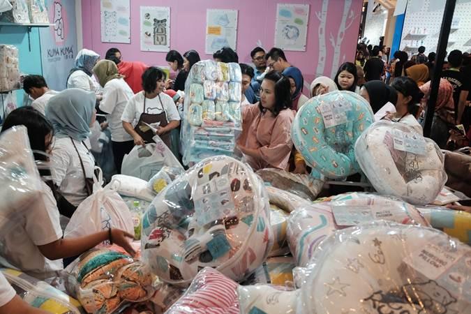 Suasana pengunjung pameran Mommy N Me di Jakarta Convetion Centre (JCC) Senayan, Jakarta, Jumat (28/6/2019). Pameran tersebut menghadirkan lebih dari 200 merek untuk kebutuhan ibu hamil, bayi, dan anak dengan diskon hingga 80%. Mommy N Me akan diselenggarakan dari 28 Juni hingga 30 Juni 2019. - Bisnis/Felix Jody Kinarwan