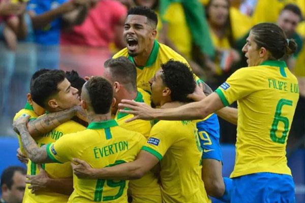 Para pemain Timnas Brasil setelah menaklukkan Paraguay melalui adu penalti di 8 besar Copa America 2019. - CopaAmerica.com