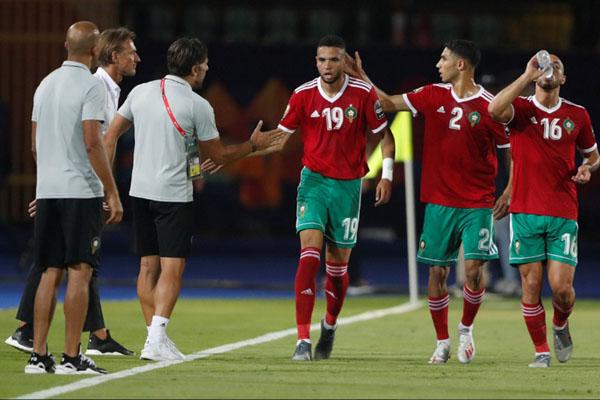 Pemain dan pelatih Maroko merayakan gol ke gawang Pantai Gading yang dicetak Youssef En-Nesyri (19). - Reuters/Amr Abdallah Dalsh