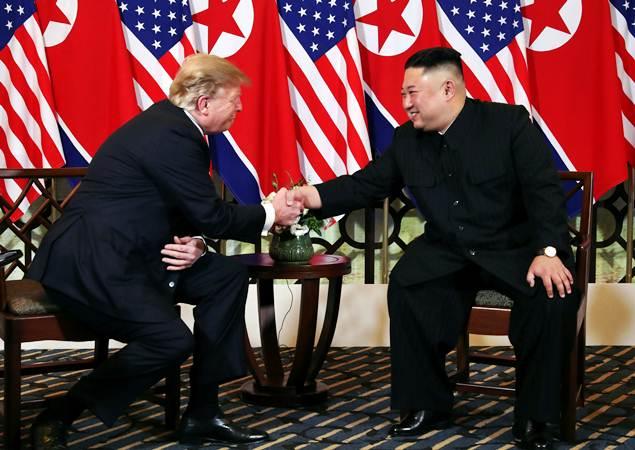 Presiden Amerika Serikat Donald Trump (kiri) berjabat tangan dengan Pemimpin Korea Utara Kim Jong-un, di Hanoi, Vietnam, Rabu (27/2/2019). - REUTERS/Leah Millis
