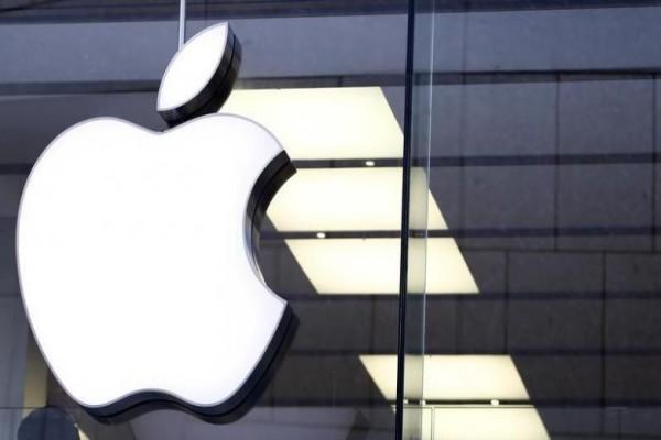 Logo Apple di satu toko Apple di Munchen, Jerman. - Reuters/Michaela Rehle