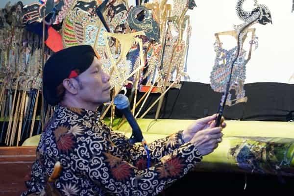 Dalang Ki Seno Nugroho saat pementasan wayang kulit di Patra Semarang Hotel & Convention, Kamis (27/6 - 2019) malam.