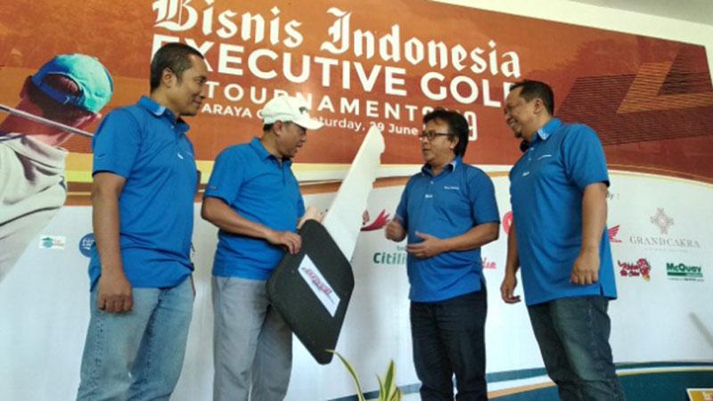 Deputi Direktur Pemasaran dan Penjualan PT Jurnalindo Aksara Grafika (Bisnis Indonesia Group) Asep Mh. Mulyana (kedua kanan), bersama Direktur Produksi dan Pemberitaan Bisnis Indonesia Arif Budisusilo (kiri), dan Manager Perwakilan Bisnis Indonesia Jawa Timur Achmad Faisal Kurniawan (kanan) menyerahkan kunci simbolis Honda Beat kepada Rudi Simas, pemenang Grand Prize Bisnis Indonesia Executive Golf Tournament 2019 di Araya Golf Malang, Sabtu (29/6/2019). - Bisnis/Choirul Anam
