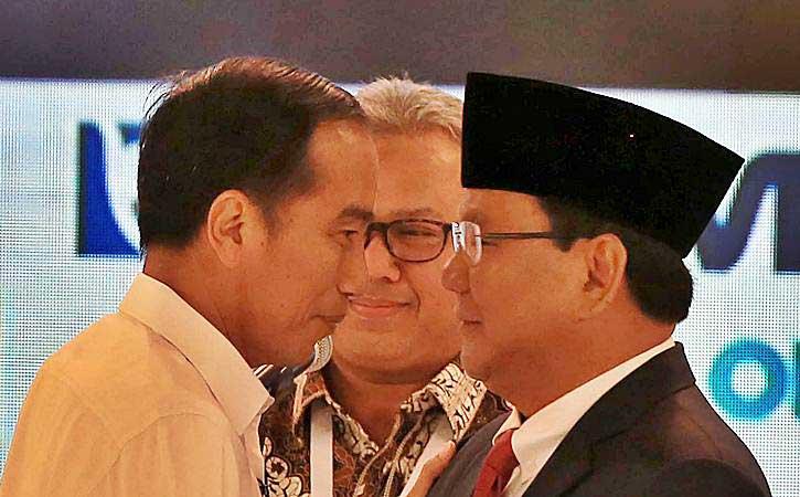 Capres nomor urut 01 Joko Widodo (kiri) dan Capres nomor urut 02 Prabowo Subianto (kanan) disaksikan Ketua KPU Arief Budiman (tengah) saat debat capres 2019. - Bisnis/Nurul Hidayat