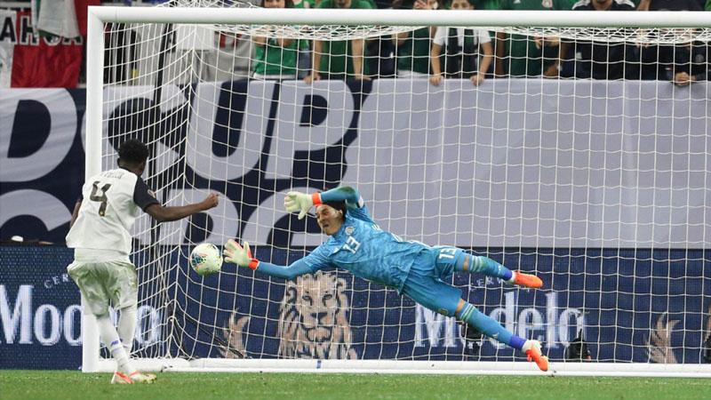 Kiper Meksiko Guillermo Ochoa menepis tendangan bek Kosta Rika Keysher Fuller untuk membawa timnya menang adu penalti 5 - 4. - Reuters