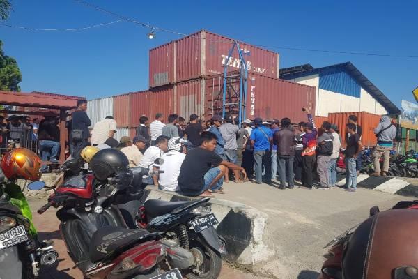 Tenaga Kerja Bongkar Muat (TKBM) Berau kembali menduduki Kantor Unit Penyelenggara Pelabuhan (KUPP) Tanjung Redeb. - Istimewa
