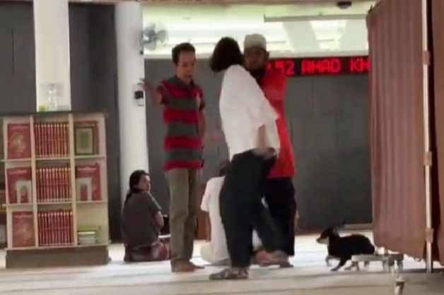 Perbuatan wanita yang membawa anjing masuk ke dalam masjid