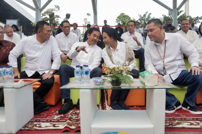 Menteri BUMN Rini Soemarno (kedua kanan) berbincang dengan Dirut PT Angkasa Pura II Muhammad Awaluddin (kedua kiri), disaksikan Dirut Bank BNI Achmad Baiquni (kiri), dan Dirut BNI Syariah Abdullah Firman Wibowo di sela-sela Hasanah Festival di Terminal 3, Bandara Internasional Soekarno-Hatta, Tangerang, Banten, Jumat (28/6/2019). - Bisnis/Felix Jody Kinarwan