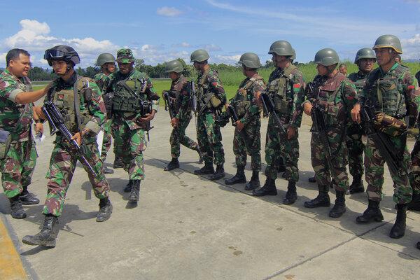 Sejumlah prajurit TNI bersiap melakukan pencarian Helikopter MI-17 milik TNI AD yang hilang kontak di Pangkalan TNI AU Silas Papare, Sentani Jayapura, Papua, Minggu (30/06/2019). Heli MI-17 dengan nomor registrasi HA-5138 yang membawa 12 penumpang beserta kru hilang kontak pada Jumat (28/6/2019) dalam penerbangan Oksibil menuju Jayapura. - Antara/Gusti Tanati