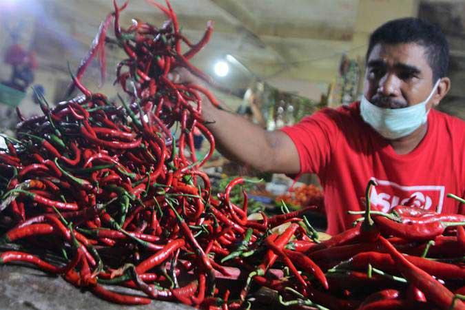 Pedagang menunjukkan cabai di Pasar Tradisional Mandonga, Kendari, Sulawesi Tenggara, Kamis (2/5/2019). - ANTARA/Jojon