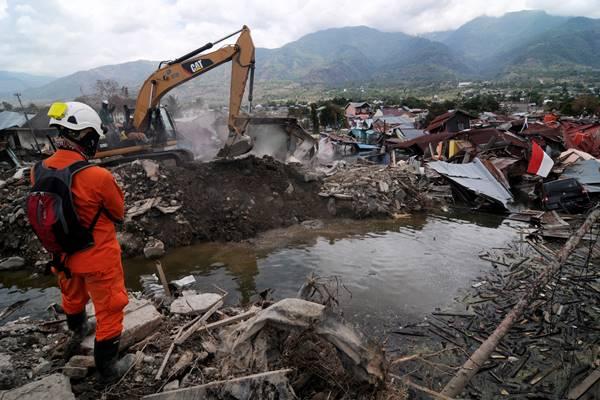 Sejumlah personel Tim SAR menggali reruntuhan bangunan dan rumah untuk menemukan korban di lokasi likuifaksi Balaroa Palu, Sulawesi Tengah, Kamis (11/10). Memasuki hari ke-14 pascagempa, tsunami dan likuifaksi di Palu, Donggala, dan Sigi, pemerintah menghentikan proses evakuasi korban, sedangkan tanggap darurat diperpanjang hingga dua pekan kedepan - Antara