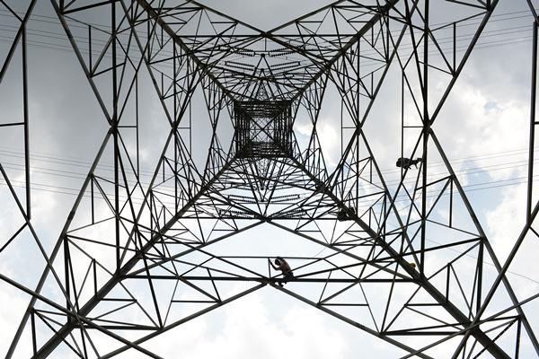 Ilustrasi: Pekerja memerbaiki jaringan listrik PLN. - Bloomberg/Dimas Ardian