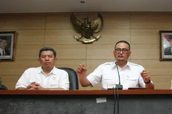 Dirjen Aplikasi Informatika Kementerian Kominfo Semuel Abrijani Pangerapan (kanan) memberikan keterangan kepada wartawan tentang aplikasi perpesanan Whatsapp terkait konten pornografi GIF di Jakarta, Senin (6/11/2017). - Antara