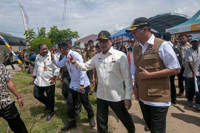 Menkopolhukam Wiranto (kedua kanan) berbincang dengan Kepala BNPB Letjen TNI Doni Monardo (kanan) saat mengunjungi pengungsi korban bencana di kompleks Hunian Sementara (Huntara) Desa Mpanau, Sigi, Sulawesi Tengah, Senin (1/7/2019). - ANTARA/Basri Marzuki