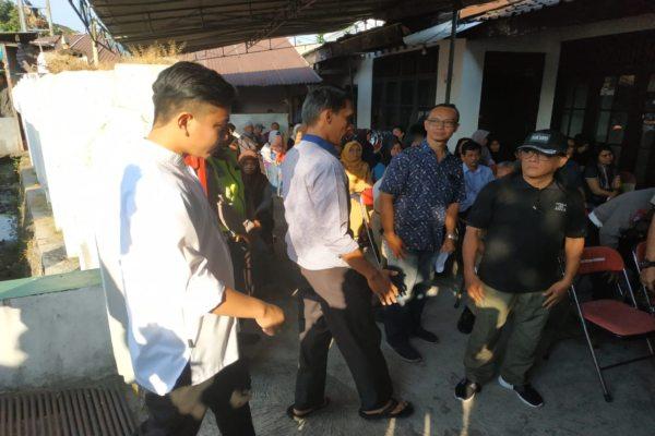 Putra sulung Presiden Jokowi, Gibran Rakabuming Raka, datang melayat dan ikut mengurus permakaman Umiyatun di Manahan, Solo, Senin (1/7/2019). (Solopos - Ichsan Kholif Rahman)